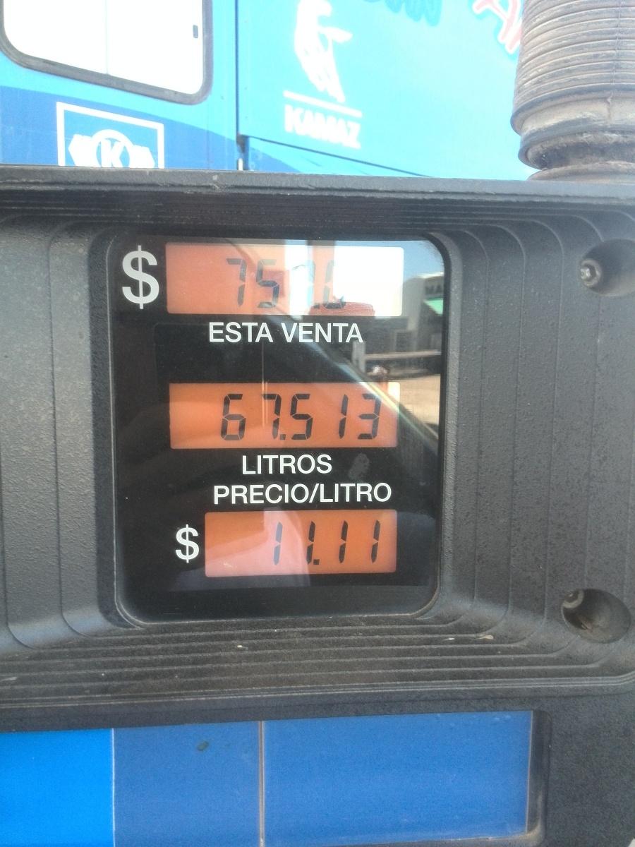 """Cena nafty. Dolary nejsou """"ty"""" dolary, ale argentinské pesos.  Podle oficiálního kursu to odpovídá cca 31 Kč/litr"""