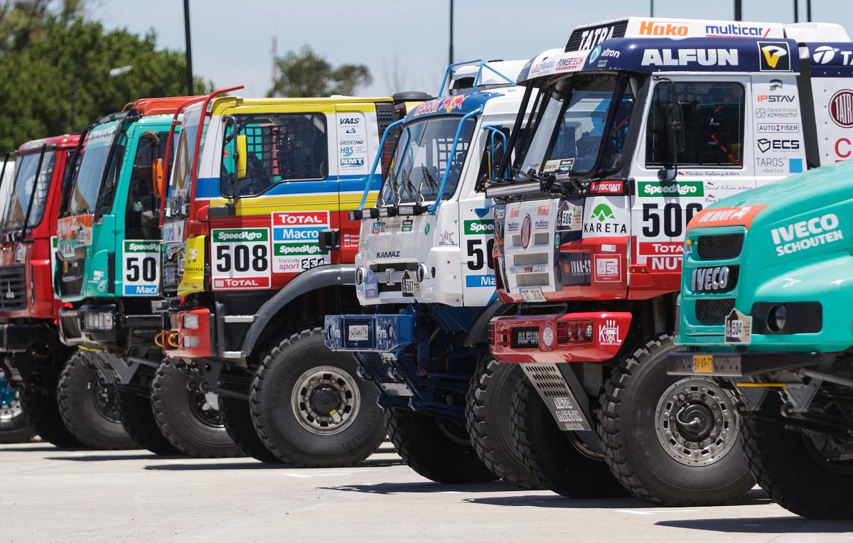 Trucky zaparkované v parc fermé. Mimochodem, jediné auta Peugeot byly skryté pod plachtami.