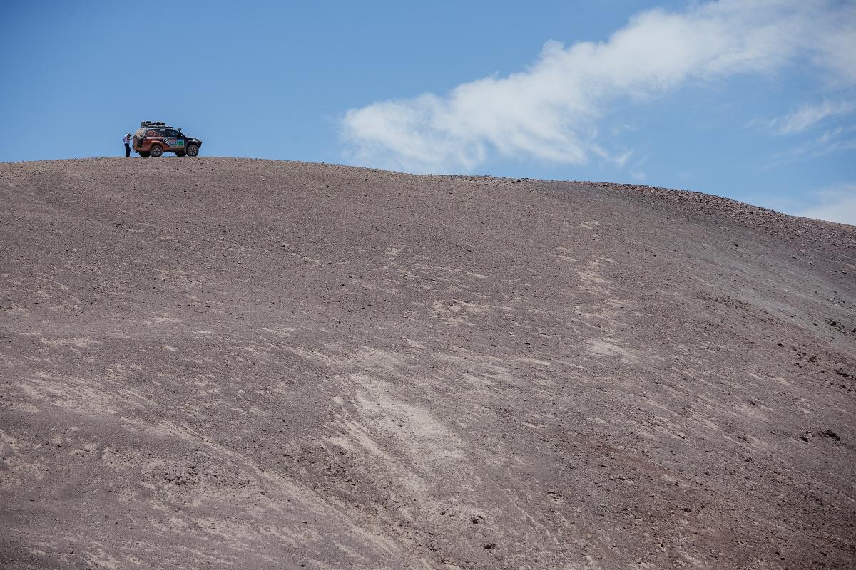 Naše Toyota zaparkovaná nahoře nad kaňonem