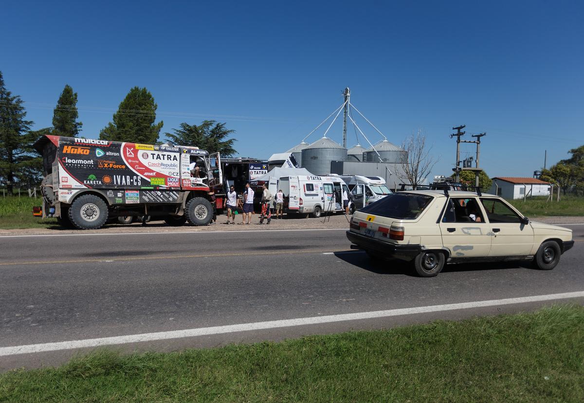 Provizorní bivak u silnice kdesi v Argentině