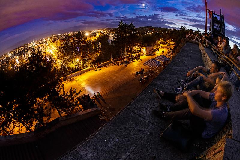 Základ pořízený ještě před setměním, zejména kvůli barvě oblohy