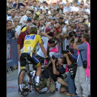 Růžové vesty pro vyvolené, kteří směli až k Armstrongovi.