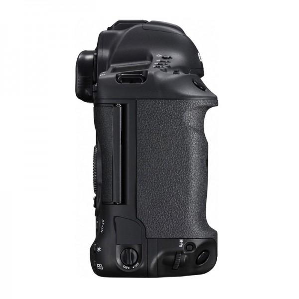 Pod krytkou nad přepínačem On/Off se u Canonu ukrývá konektor pro kabelovou spoušť