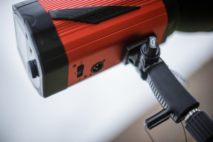 Detail rukojeti s utahovacím šroubem, vypínače a zdířky pro síťové napájení