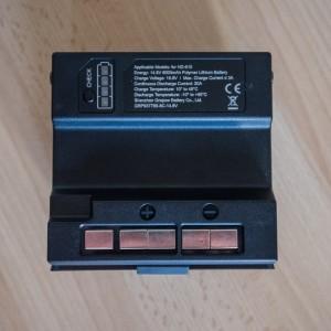Vnitřní strana baterie se štítkem