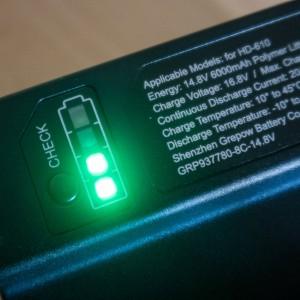 Ukazatel nabití baterie na její vnitřní straně