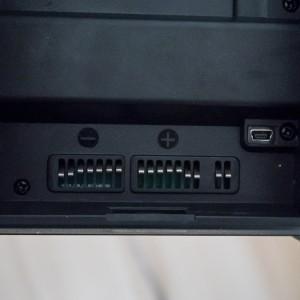 Detail kontaktů baterie uvnitř blesku a konektoru pro připojení k PC