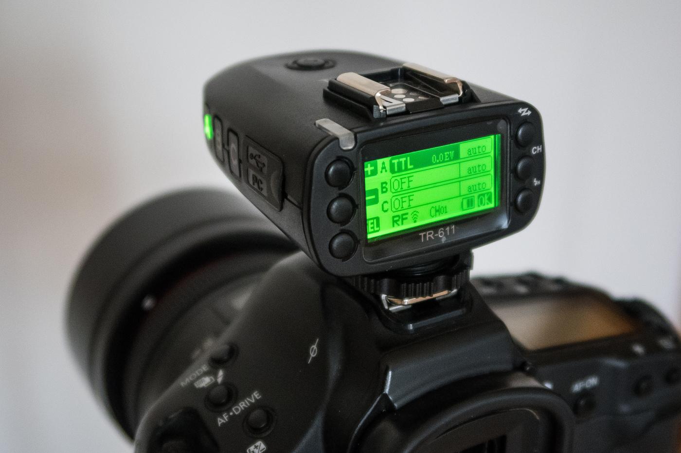 Odpalovač nasazený v sáňkách fotoaparátu